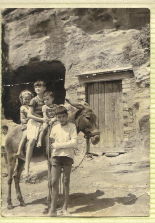 Mis primos Ramiro, José María y Tony, con mi hermana María José en medio.