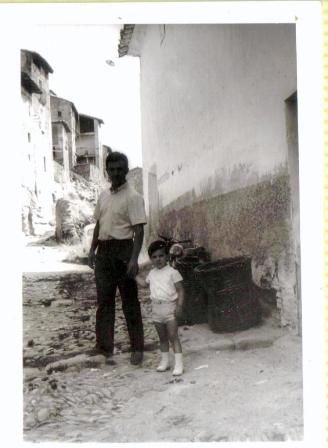 En la calle, mi tío José María y su hijo Toñín.