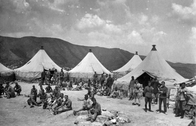 Soldados en Zoco el telazta. Gentileza de D. Luis Miguel Franco (del archivo del Centro de Cultura e Historia Militar de Melilla)