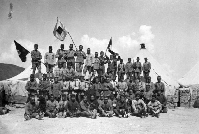 Soldados en Zoco el Telazta. Gentileza de D. Luis Miguel Francisco (perteneciente al Archivo Cultural e Histórico Militar de Melilla)