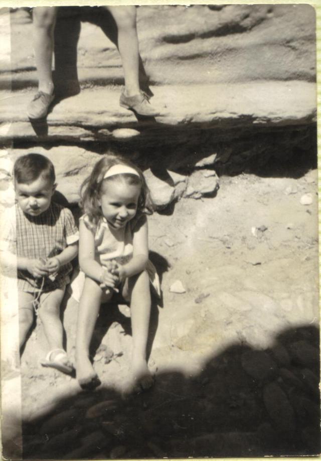 Ese petril natural de piedra en frente de casa, lo usábamos (incluido mi abuelo) para subir a la burra. Y  también para jugar.