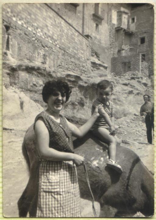 Tía Anita con su hijo José María. Al fondo asoma el bondadoso Juan Antonio.
